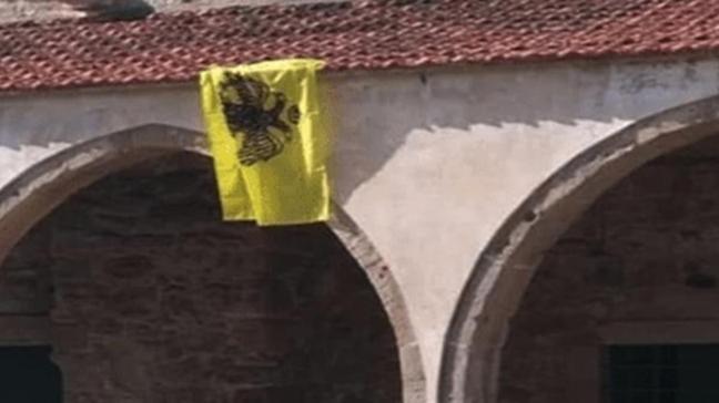 Rum kesiminde bulunan Tuzla Camisi'nin duvarına Bizans bayrağı astılar