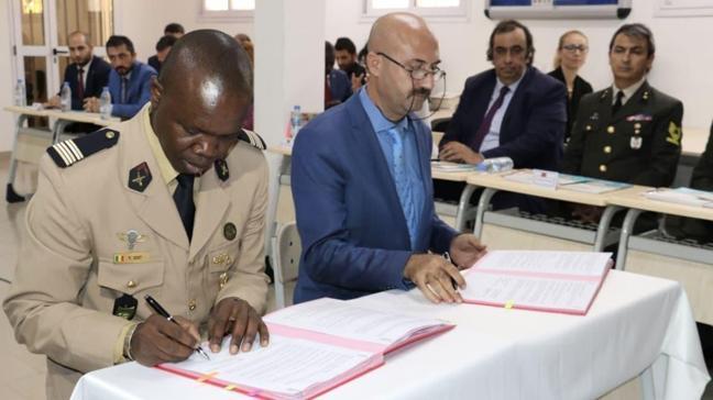 Yunus Emre Enstitüsü'nün Senegal'deki Türkçe diploma alan askerler sevinçli