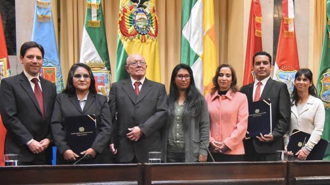 Bolivya'da geçici başkan koltuğu bırakmak istemiyor
