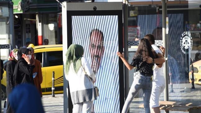 Konya'da otobüs durağındaki dijital ekrandaki canlı kamera sistemi ile vatandaşlara maske ve mesafe uyarısı
