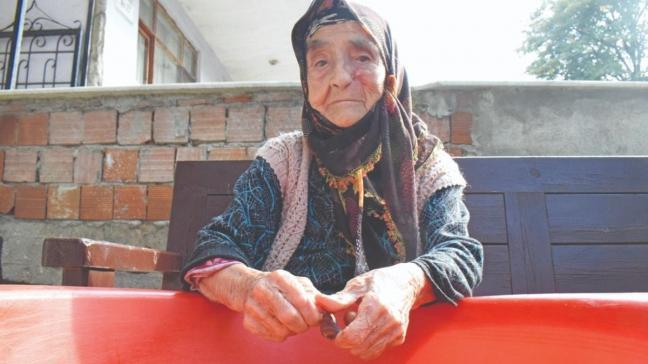 100 yaşındaki Nazmiye Nine'den uzun yaşam sırrı... Yoğurt yiyerek bir asrı devirdi
