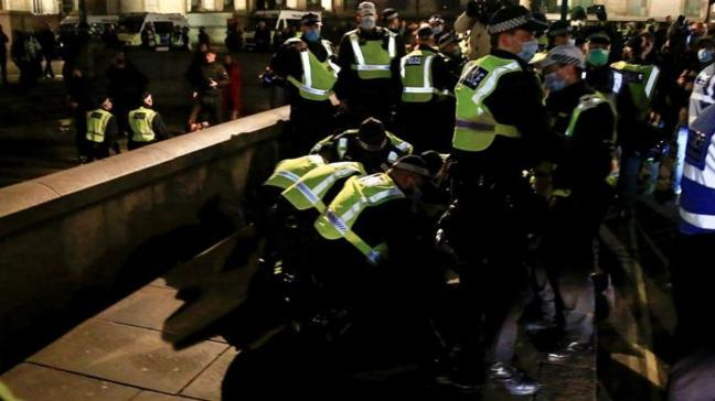 İngiltere'de karantinanın ilk gününde protesto: 104 kişi gözaltına alındı
