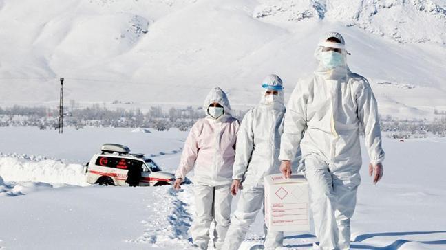 Eksi 15 derecede karları delip hastalara koşuyorlar
