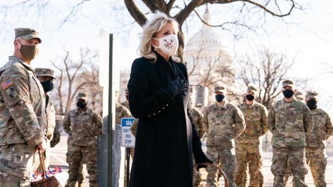First Lady Jill Biden askerlere teşekkür kurabiyesi dağıttı