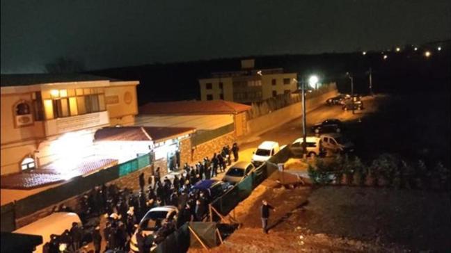 Kente girişlerde önlem alındı: Cemaat liderinin mezarının taşınmasında arbede