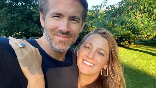 Blake Lively eşi Ryan Reynolds'un saçlarını boyadığı anları paylaştı