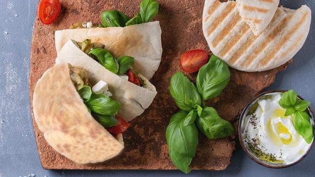 Kebap ve dönerlerin yanına pita ekmeği tarifi! Pita ekmeğinin püf noktası mayalanması