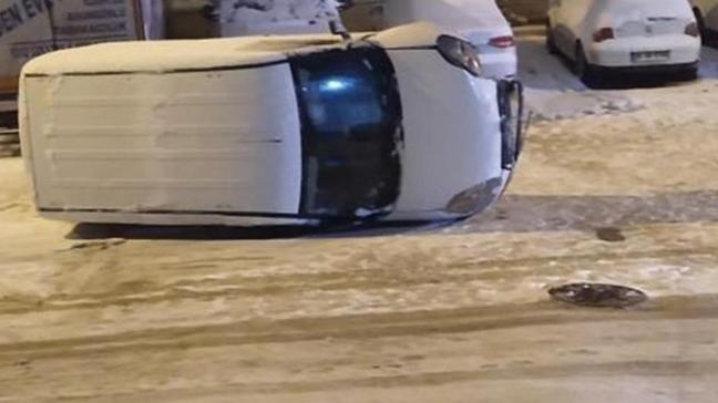 Oyun oynarken karda kayan gencin üstüne araç devrildi