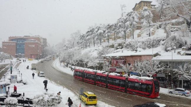 Bursa'da kar ve soğuk hava etkili oldu: Kent merkezinde kar kalınlığı 15 santimetreye yaklaştı