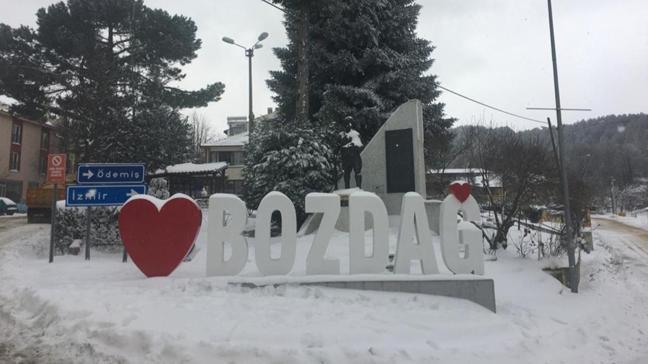 İzmir'de kar yağışı etkili oldu: Bozdağ'da kar kalınlığı 25 santimetreye ulaştı
