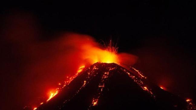 Etna Yanardağı tekrar patladı! Köylerin üzerine kül yağmuru yağdı