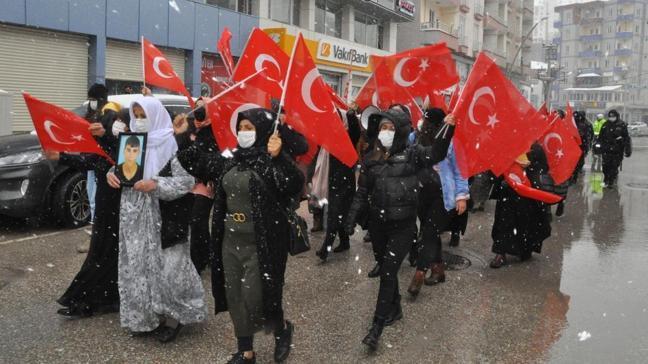 HDP önündeki eylemlerine 24'üncü haftada yoğun karda devam ettiler: Şırnaklı kadınlar PKK'yı protesto etti