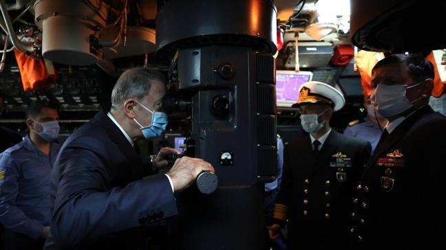Bakan Akar ve komutanlardan TCG Gür denizaltısına sürpriz ziyaret