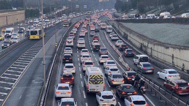 Haftanın ilk günü İstanbul trafiğinde yer yer yoğunluk yaşanıyor