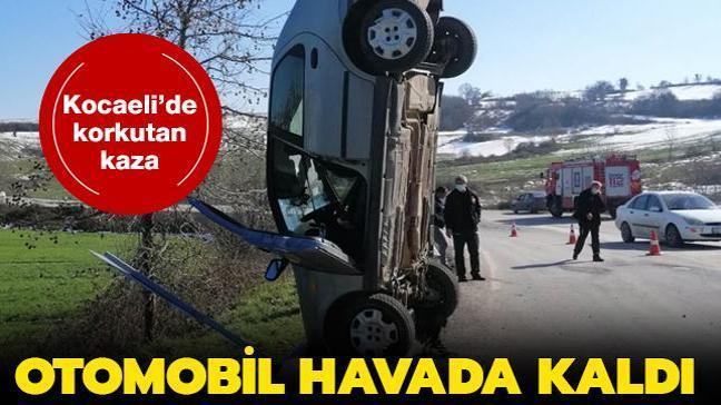 Kocaeli'de meydana gelen kazada bariyerlere çarpan otomobil dik şekilde sabit kaldı