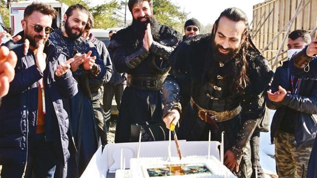 Uyanış Büyük Selçuklu setinde Buğra Gülsoy'a sürpriz kutlama