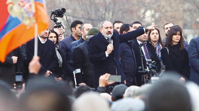Ermenistan'da muhtıra Paşinyan direniyor