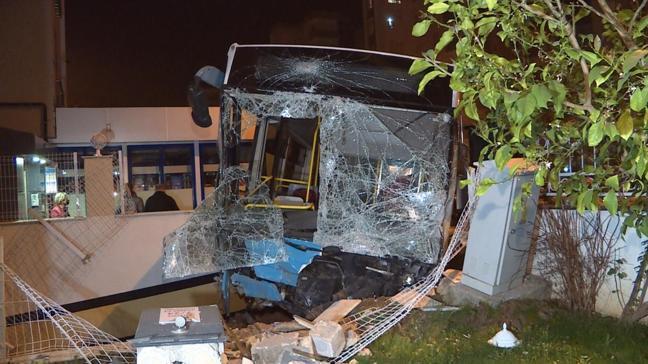 Antalya'da korkutan kaza: Halk otobüsü apartmanın bahçesine girdi