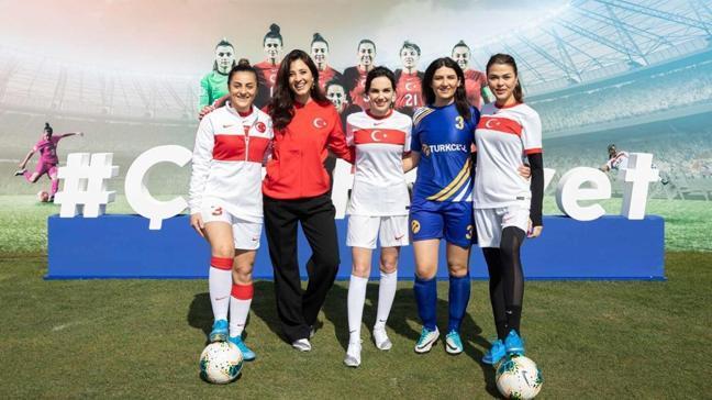 Yağmur Tanrısevsin ve Aslıhan Karalar, Kadın Milli Futbol Takımı'yla özel maç yaptı