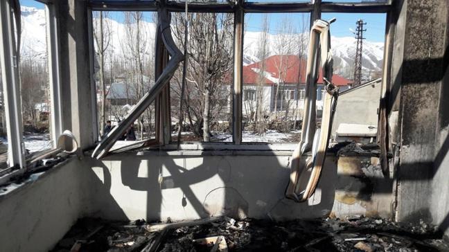 Alevler içinde kalan ev kullanılamaz hale geldi
