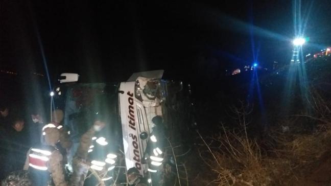 Sivas'ta yolcu otobüsü devrildi... Çok sayıda yaralı var