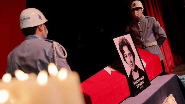 Türk tiyatrosunun acı kaybı... Handan Ertuğrul son yolculuğuna uğurlandı