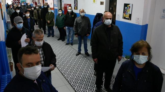 İzmir'de Bulgar vatandaşlar Bulgaristan'daki seçim için oy kullandı