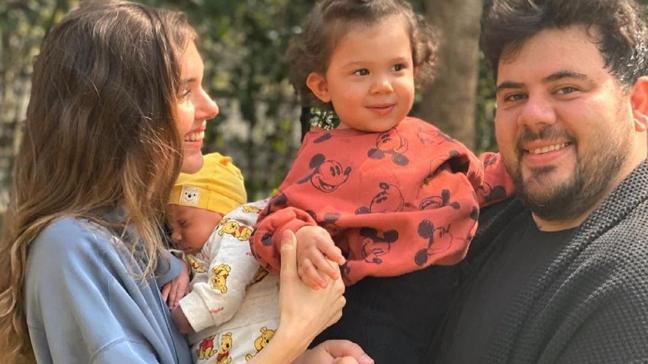Eser Yenenler ve Berfu Yenenler çiftinden mutlu aile fotoğrafı! Görenler kahkahaya boğuldu