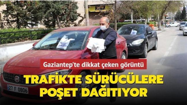 Gaziantep'te bir vatandaş çevre kirliliğine karşı poşet dağıtıyor