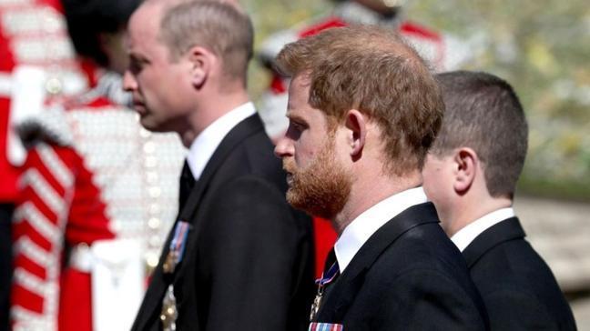 Tüm dünyanın gözü onların üstündeydi... Prens William ve Harry'nin cenazedeki sohbeti deşifre edildi