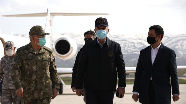Milli Savunma Bakanı Akar sınır hattında