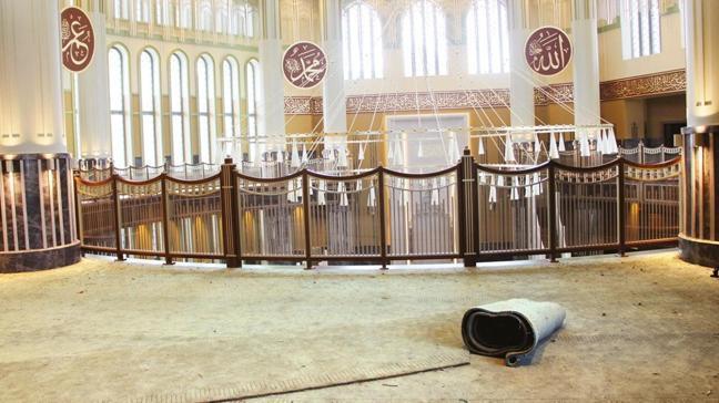 Taksim Camii'nin halıları serildi