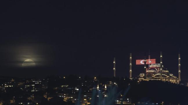 İstanbul'da dolunay manzarası