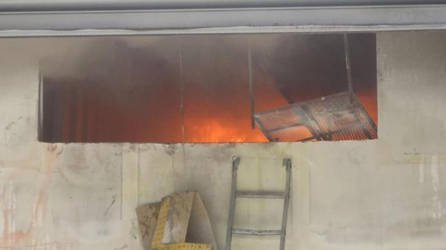 Kadıköy'de oto tamircisinde yangın çıktı: Bir kişi hastaneye kaldırıldı