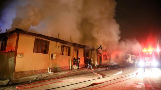 Odunlukta çıkan yangın çevreyi sardı: 3 ev tamamen, 1 ev kısmen kullanılamaz hale geldi