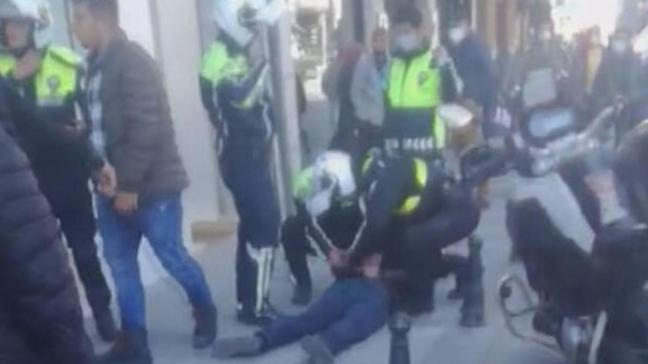 Taksim'de banka şubesine bıçakla saldırdı: Trafik polisi etkisiz hale getirdi