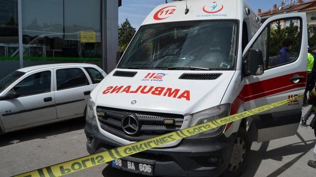 Ambulanstan inerken başka aracın altında kaldı