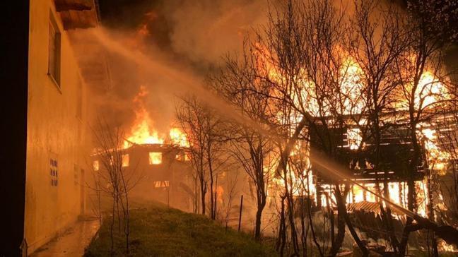 Kastamonu'nun Pınarbaşı ilçesinde 3 eve sıçrayan yangın söndürülmeye çalışılıyor