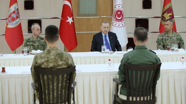 Başkan Erdoğan, iftarda askerlerle bir araya geldi