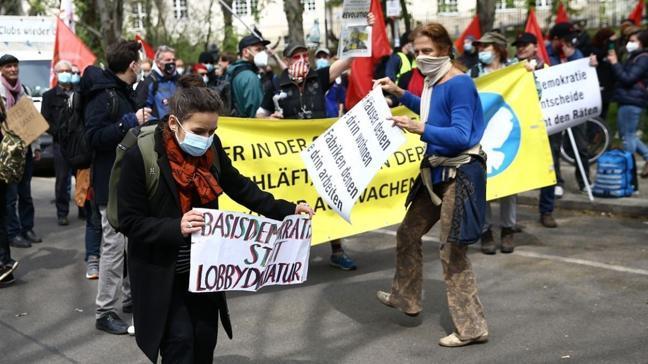 Berlin'de Alman hükümetinin koronavirüs politikası protesto edildi