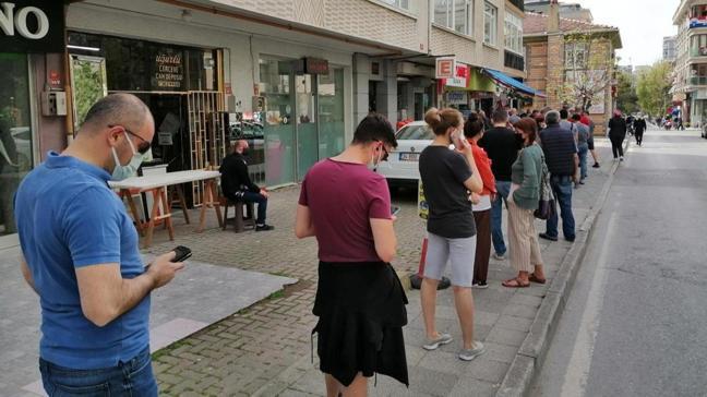 İstanbul'da tam kapanmada eczane önünde kuyruk oluştu