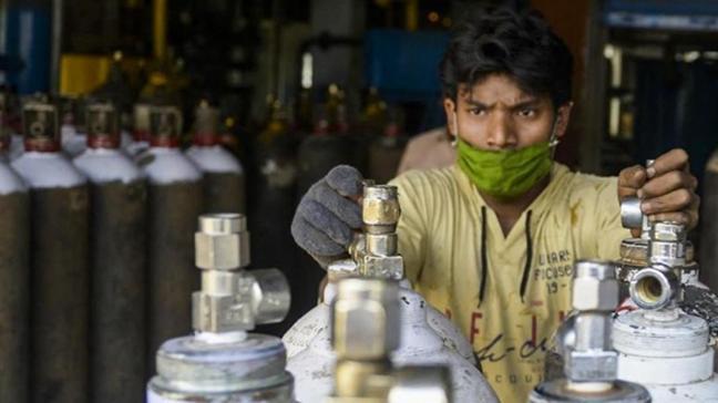 Hindistan'da 2 kişi, ülkedeki krizden faydalanmaya çalıştı:  Oksijen tüpü diye yangın söndürücü sattılar