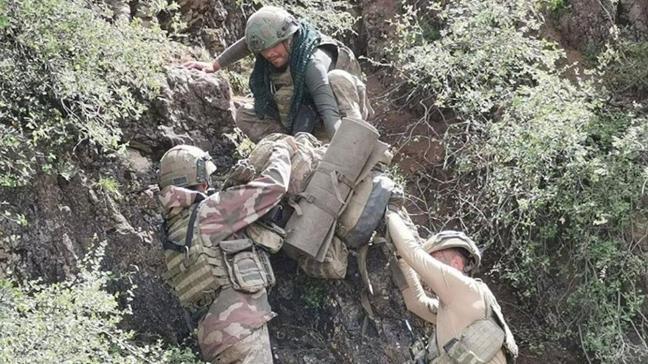 Komandoların zorlu arazi şartlarında çekilen fotoğrafları paylaşıldı