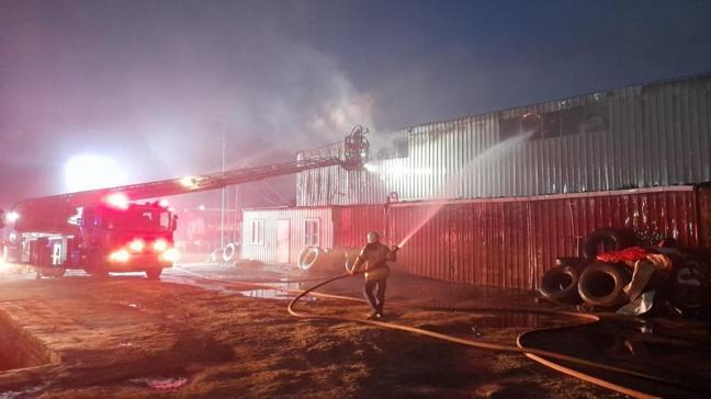 Arnavutköy'de fabrika yangını: İtfaiye ekipleri yangına müdahale etti