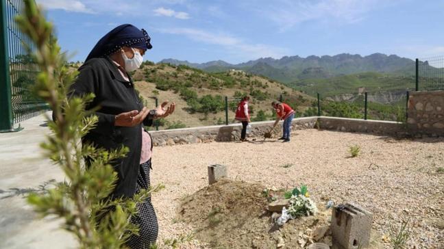Eşinin mezarına kısıtlama sebebiyle gidemeyen kadına vali özel izin verdi