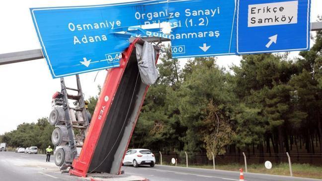 Korkunç kaza... Tırın açılan dorsesi yön tabelasına takıldı