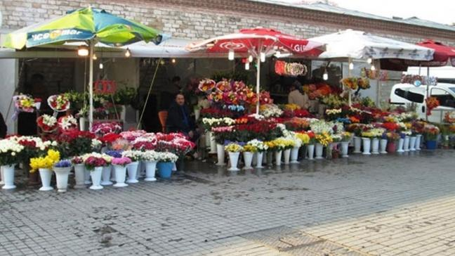 Taksim Meydanı'ndaki çiçekçiler camekanlı dükkanlara taşınmaya başladı