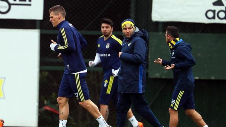 Kayserispor hazırlıklarını sürdüren Fenerbahçe, 5'e 2 top kapma ve pas çalıştı