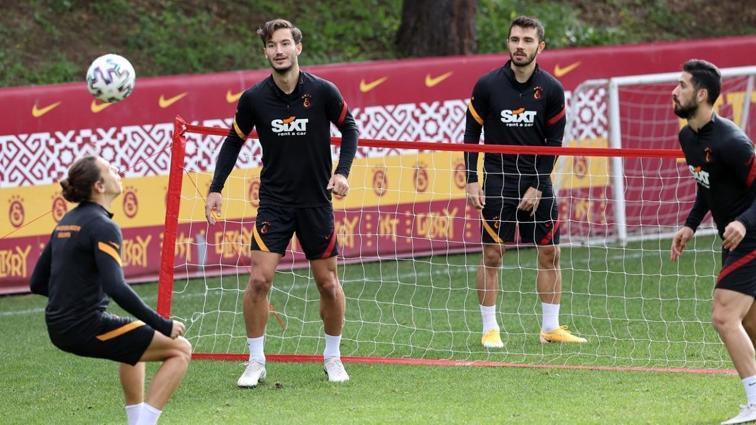 Rizespor maçı hazırlıklarını sürdüren Galataasray, ayak tenisi çalıştı
