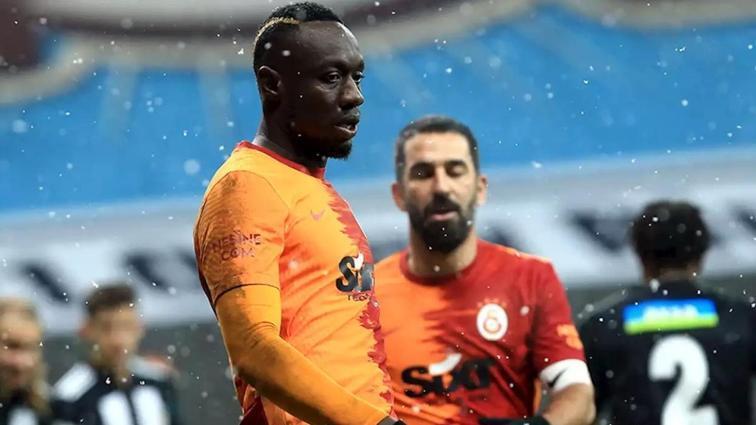 Galatasaray'da yıldız futbolcuyla yollar ayrılıyor